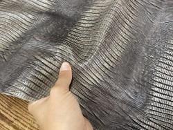 Détail peau de cuir de veau grain façon lézard taupe - maroquinerie - Cuir en stock