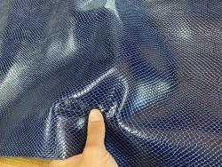Détail peau de cuir de vachette grain façon serpent - bleu - maroquinerie - Cuir en stock