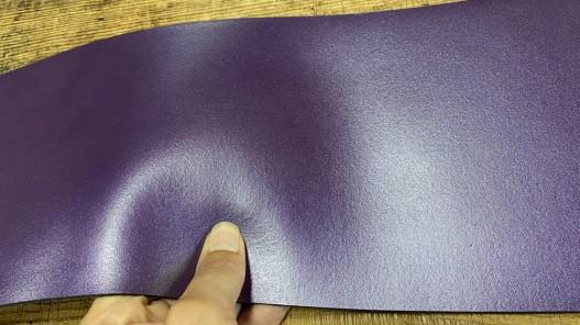Détail bande de collet de vache végétal violet nacré - cuir à ceinture - Cuir en stock