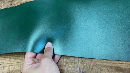 Détail bande de collet de vache végétal vert nacré - cuir à ceinture - Cuir en stock