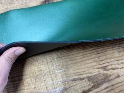 Détail tranche collet de vache végétal vert nacré - cuir à ceinture - cuir en stock