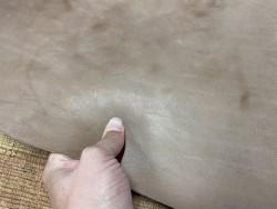 Détail collet de vache tannage végétal naturel brun  - Cuir en stock