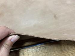 Détail tranche collet de vache tannage végétal naturel brun  - cuir en stock