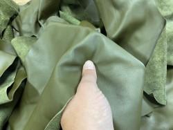 Détail morceau de cuir de veau lisse vert kaki - maroquinerie - Cuir en stock