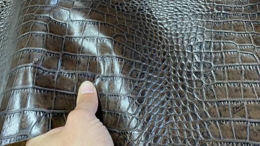 Détail cuir de veau façon crocodile marron - maroquinerie - cuir en stock