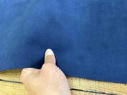 Détail morceau de cuir de vachette velours bleu - Cuir en stock