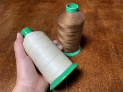 Lot de 2 bobines de fil taille 51 - couture machine - brun et blanc cassé - promotion - Cuir en stock