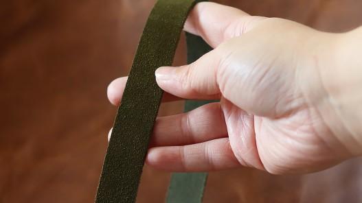Détail bande de cuir souple double croupon velours vert olive - Cuir en stock