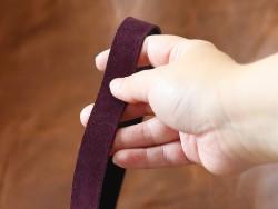 Détail bande de cuir souple double croupon velours prune - cuir en stock