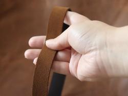 Détail bande de cuir souple double croupon velours brun tabac - cuir en stock