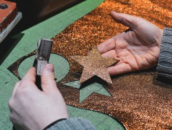 Découpe morceau de cuir à la presse - Losanges - Atelier Cuir en Stock
