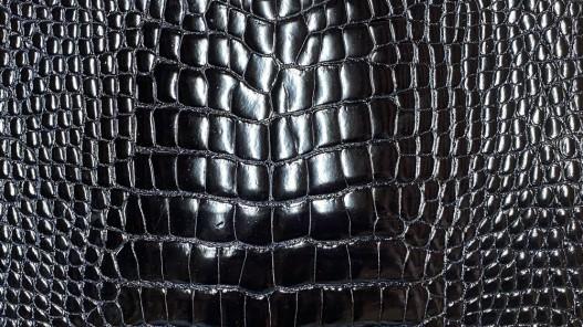 Détail peau de cuir de ventre de crocodile bleu nuit - maroquinerie - Cuir en stock