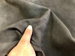 Détail peau de cuir de chèvre nubuck ciré brun - maroquinerie - Cuir en stock