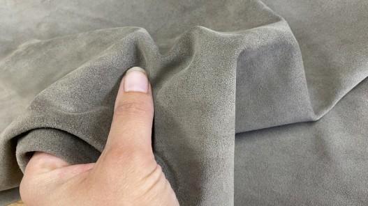 Détail peau de veau velours gris taupe - maroquinerie - vêtement - ameublement - Cuir en stock