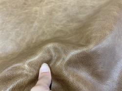 Détail cuir de veau pullup brun clair nuancé - cuir gras - maroquinerie - Cuir en Stock