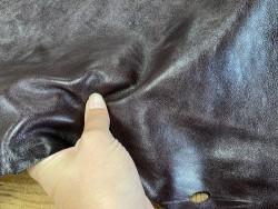 Détail cuir de buffle bordeaux - maroquinerie - Cuir en stock