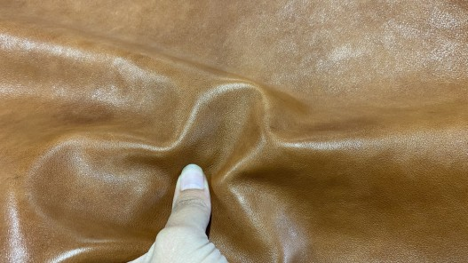 Détail peau de cuir de buffle brun cognac - maroquinerie - Cuir en stock