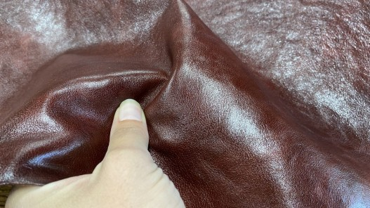 Détail peau de cuir de buffle brun rouge - maroquinerie - Cuir en stock