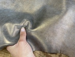 Détail peau de veau lisse bronze métallisé Cuir en stock