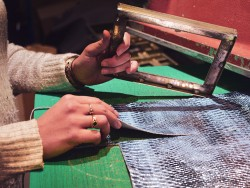 Découpe morceau de cuir à la presse - Atelier Cuir en Stock