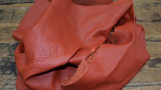 chutes de cuir de vache brique maroquinerie ameublement cuirenstock