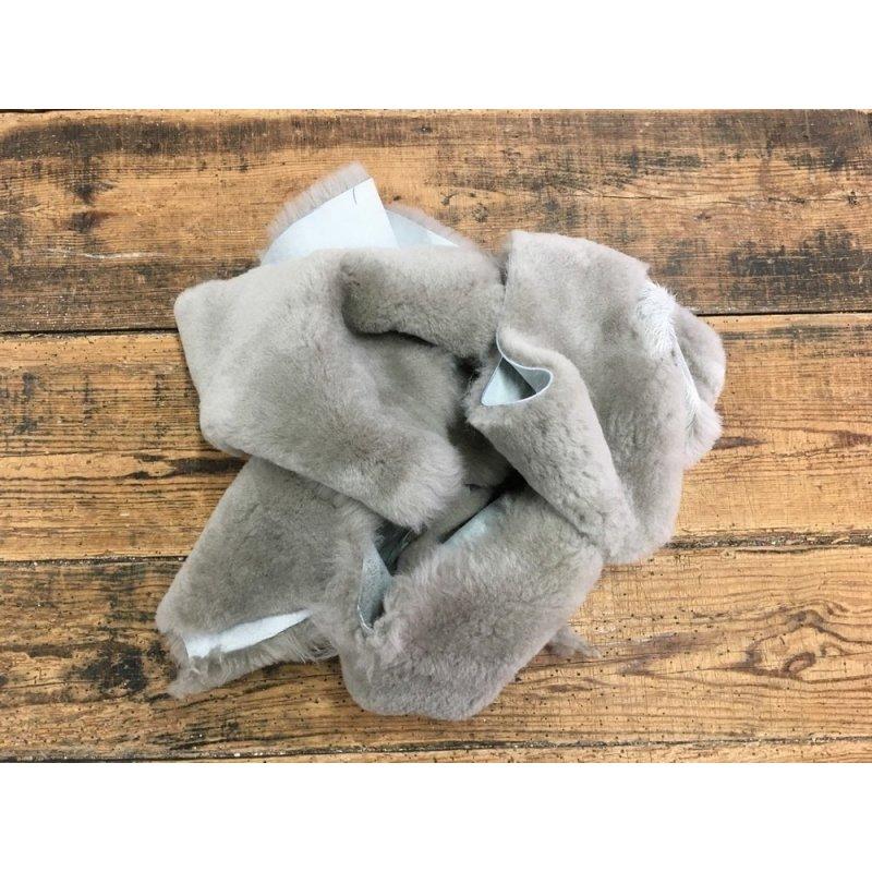 chutes de cuir mouton laine taupe accessoire chausson cuir en stock