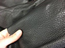 morceau de cuir de vache noir ameublement maroquinerie Cuir en stock