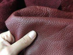morceaux de cuir de vache bordeaux maroquinerie accessoire Cuir en Stock