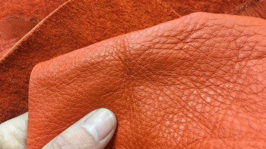 peau de cuir de vache orange maroquinerie ameublement Cuir en Stock