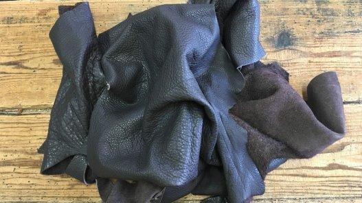chutes de cuir de vache prune maroquinerie ameublement cuir en stock