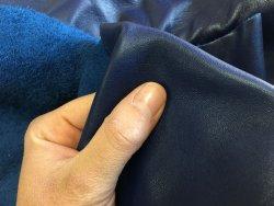 peau de cuir de veau bleu marine maroquinerie ameublement Cuir en Stock