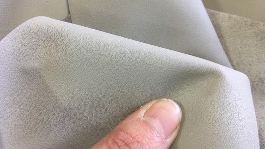 peau de cuir de veau gris porcelaine maroquinerie ameublement cuirenstock