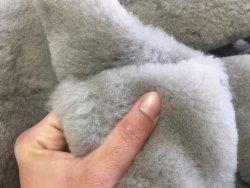 peau de cuir de mouton laine taupe accessoire chausson Cuir en Stock