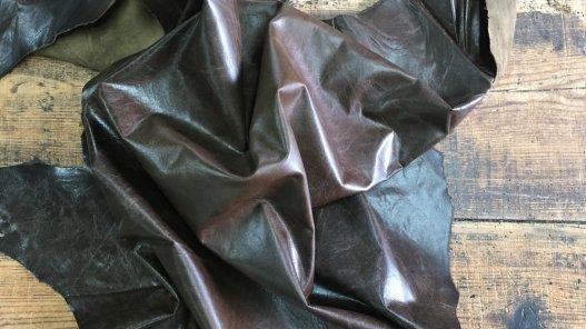 peau de cuir d'agneau ciré antique brun kaki vêtement accessoire Cuir en Stock