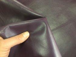 morceau de peau de cuir de chèvre satiné violet maroquinerie accessoire Cuir en stock