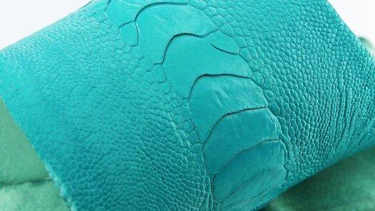 peau de cuir de patte d'autruche bleu turquoise accessoire maroquinerie luxe cuir en stock