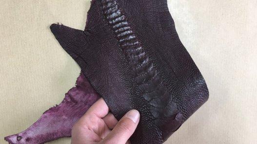 morceau peau de patte d'autruche bordeaux mat maroquinerie accessoire exotique luxe Cuir en Stock