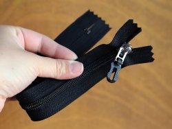 fermeture-glissiere-noire-argente-zip-metal-tirette-plastique-24cm-cuirenstock-1