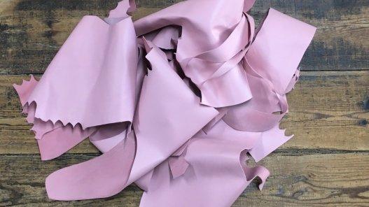 chutes morceaux de cuir de veau lisse rose poudré cuir en stock