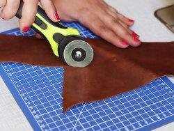 tapis de coupe pour découper le cuir avec un cutter Cuir en Stock