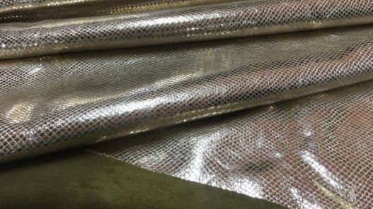 peau de cuir de veau façon grain serpent métallisé or Cuir en Stock