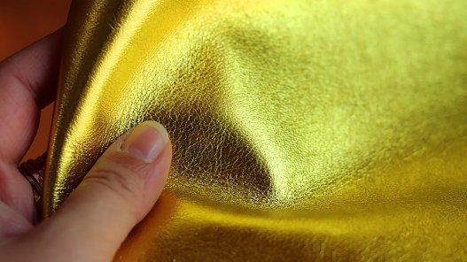 Morceau de cuir prêt à l'emploi métallisé or cuir en stock
