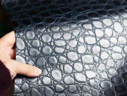 morceau cuir rectangle imitation crocodile bleu nuit foncé Cuir en Stock