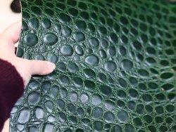 morceau rectangulaire cuir de vache imitation crocodile exotique vert bouteille Cuir en Stock