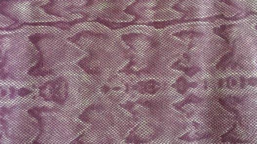 Morceau de cuir effet serpent violet cuir en stock