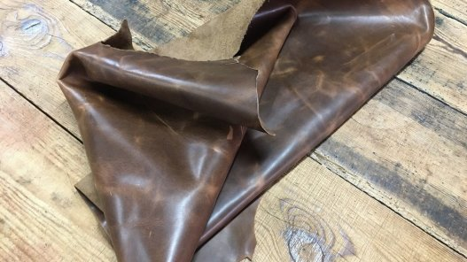 demi peau de cuir de vachette ciré brun Cuir en stock