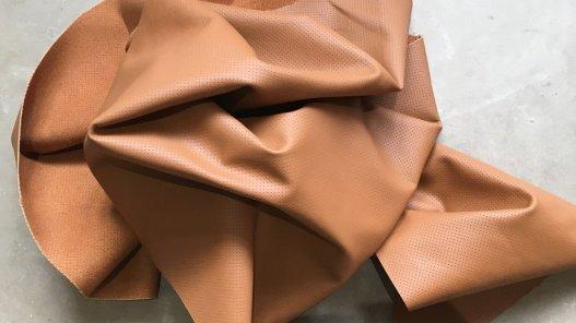 Demi-peau de cuir de vachette perforé camel Cuirenstock