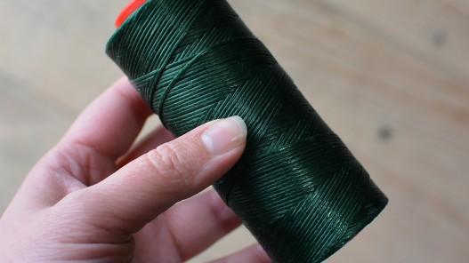Fil poissé vert foncé en polyester tressé couture cuir maroquinerie sellerie Cuir en Stock