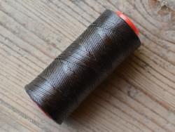 Bobine fil polyester brun foncé tressé et poissé pour couture main du cuir Cuirenstock
