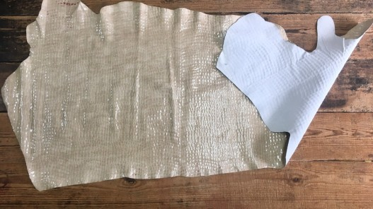Demi-peau de cuir de vache grain façon crocodile vernis beige Cuir en Stock